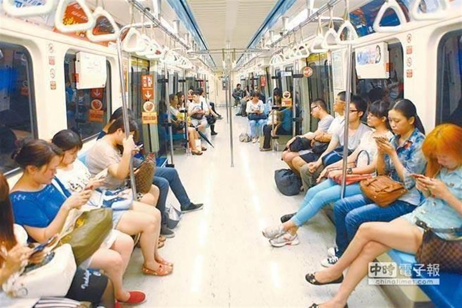台北捷運車廂內。(本報資料照)