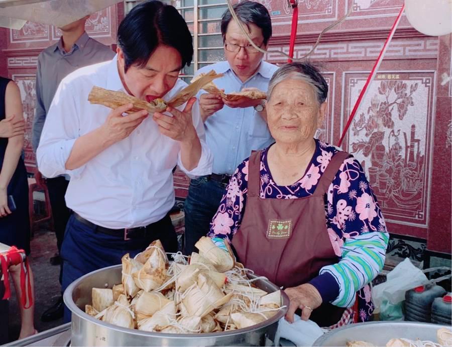 賴清德為推廣「安心旅遊」,23日下午在賴品妤陪同下至石門陪同林蜂阿嬤包肉粽。(張睿廷攝)
