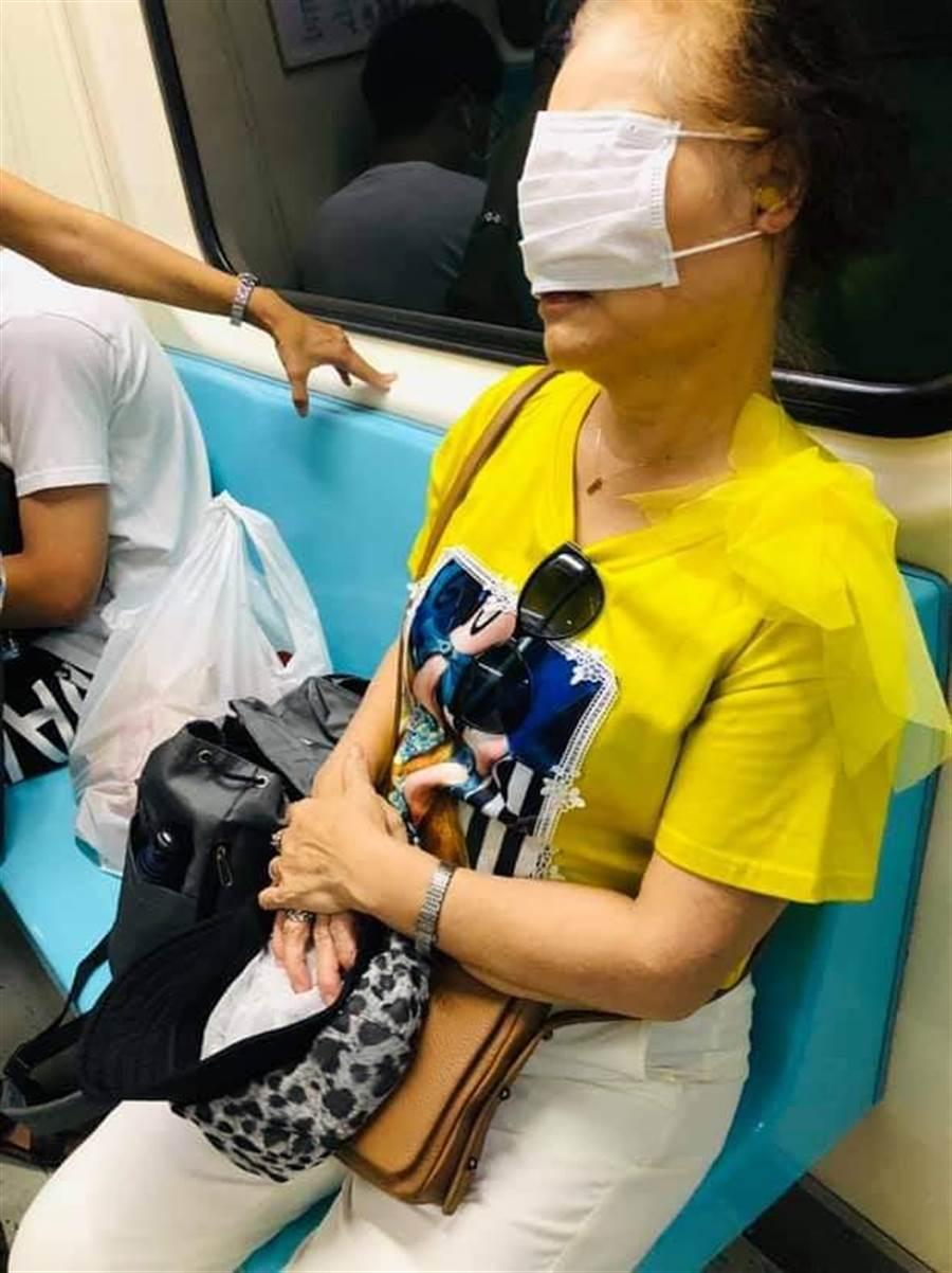 直接把口罩當眼罩用。(摘自爆怨公社)