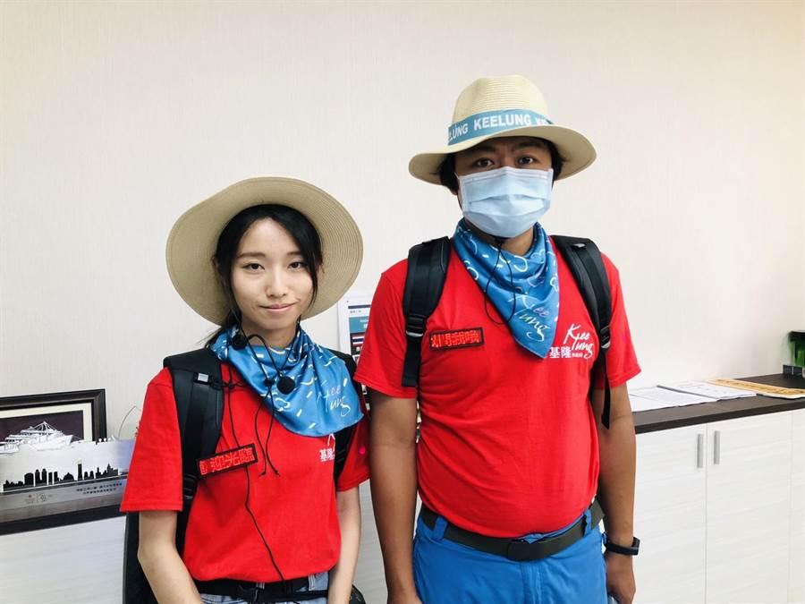 戴著草帽搭配醒目的領巾及紅色T-shirt的帥哥美女團隊,相當吸睛。(許家寧攝)