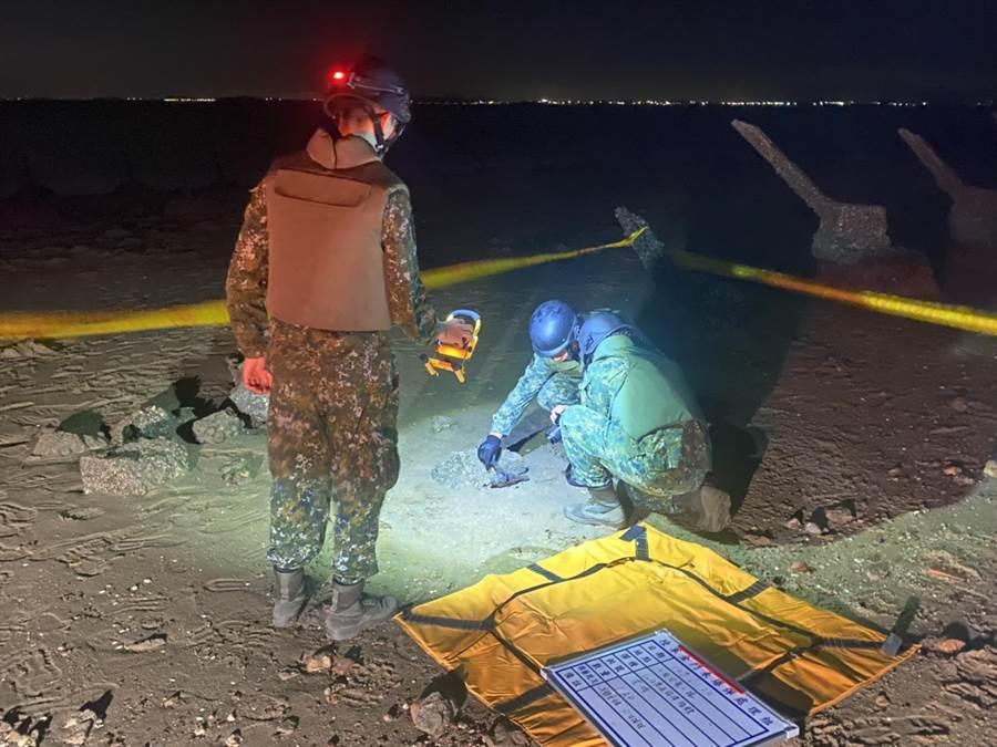 金門岸巡隊昨在金寧鄉沙崗安東一據點旁灘岸發現1枚未爆彈。(金門岸巡提供)