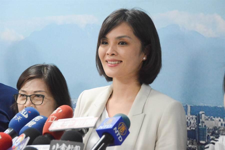 國民黨確定徵召高市議員李眉蓁投入市長補選,李眉蓁23日傍晚開記者會。(林宏聰攝)