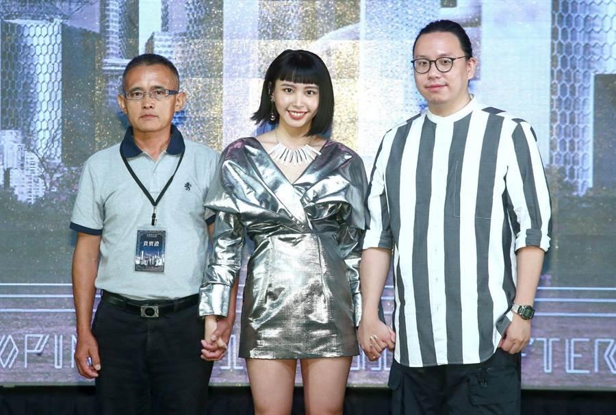 李芷婷的爸爸(左)今專程請假北上出席記者會,為女兒打氣。(粘耿豪攝)