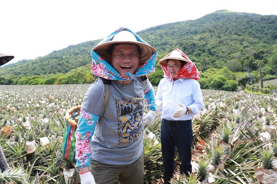 交通部長林佳龍到台東鹿野的「饗嚮台東」,體驗半日農夫生活。(交通部提供)
