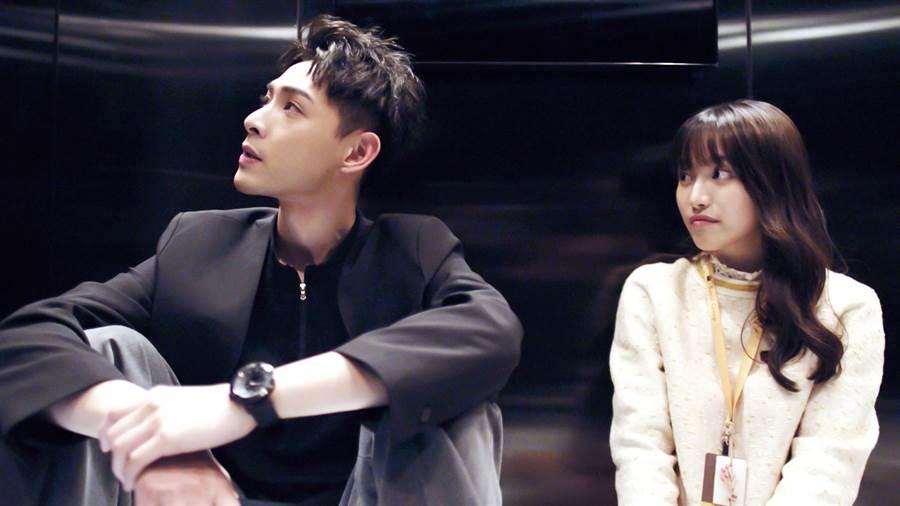 连晨翔剧中与蔡瑞雪一起被关在电梯里。(三立提供)