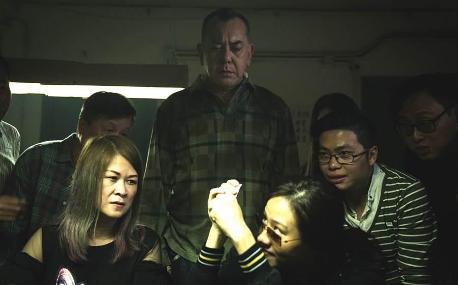 林嘉欣片中展現強烈控制慾,操縱飾演丈夫的黃秋生。(英皇電影提供)