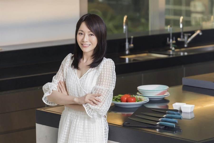 Joanna首次主持东风卫视料理新节目《Joanna丢安内》。(STARFiSH星予公关提供)