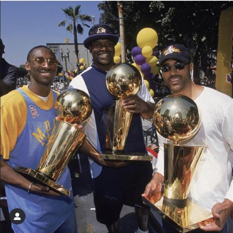 歐尼爾在網路放了18年前湖人完成3連霸後與布萊恩的慶祝照片,並且留言「兄弟!我想你了!」(摘自歐尼爾IG)
