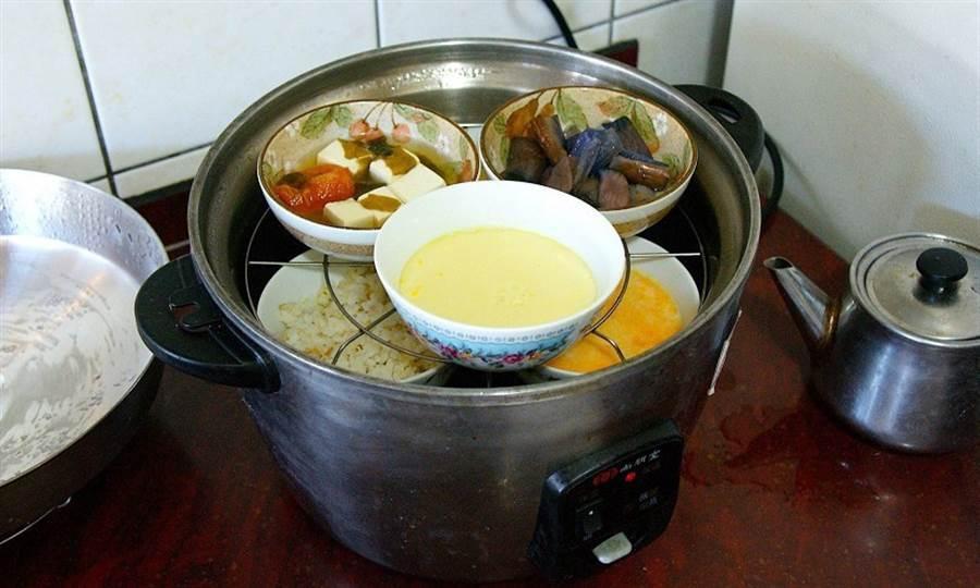 (善用隨手可得的不鏽鋼杯或瓷碗,用電鍋加熱一次就能煮好一頓飯。圖片來源:台灣在宅醫療學會提供)