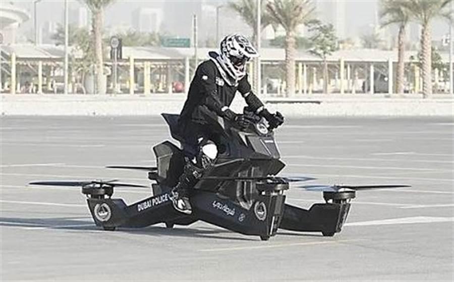 杜拜警駕飛天警車「墜機」 網嚇歪:人肉攪拌器(圖/截自影片)