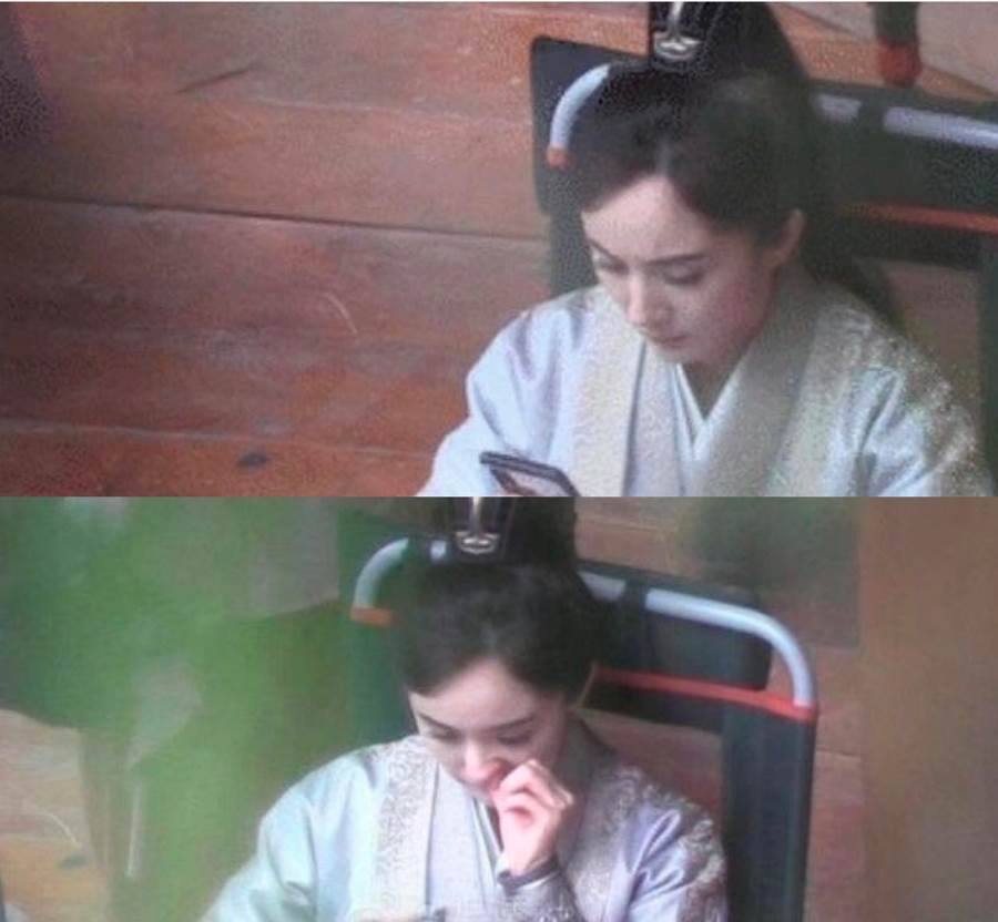 網路上瘋傳楊冪在片場休息時,忘情滑手機還邊摳鼻孔,被網友笑說「女神崩壞」、「偶像包袱呢」。(圖/ 摘自兔兔吃瓜bot微博)
