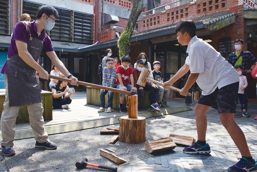 宜蘭傳藝園區「河邊工藝聚落」讓孩子體驗最特別的木工課,就從劈木頭開始,將工藝融入日常生活。圖/全聯提供