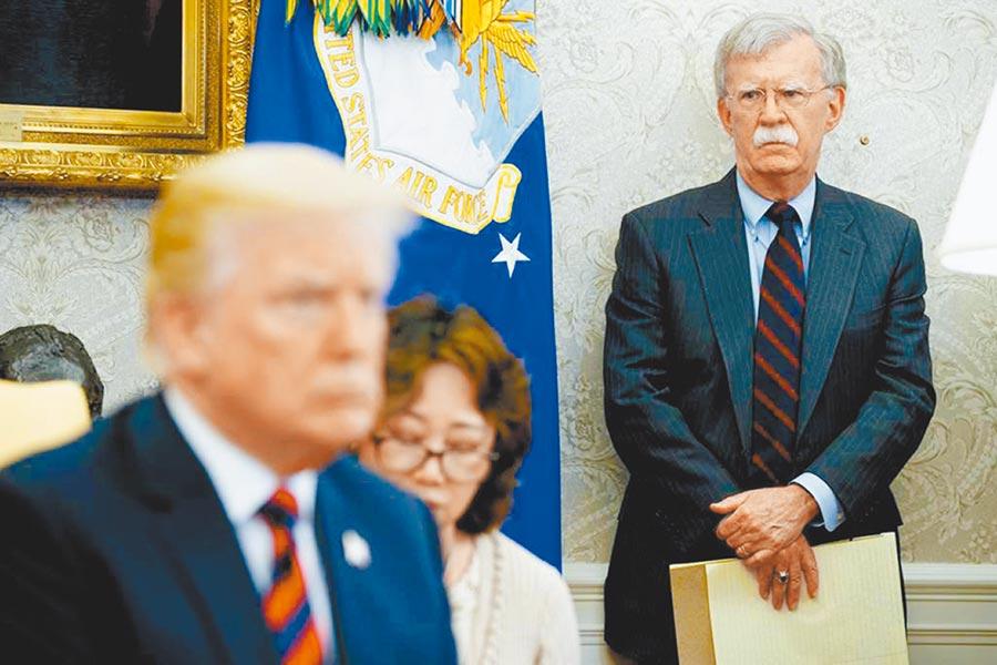 美白宮前國家安全顧問波頓在新書爆料川普除了希望習近平幫助他連任之外,更支持陸建立新疆集中營,「應該繼續蓋」。圖為波頓與川普。(美聯社)