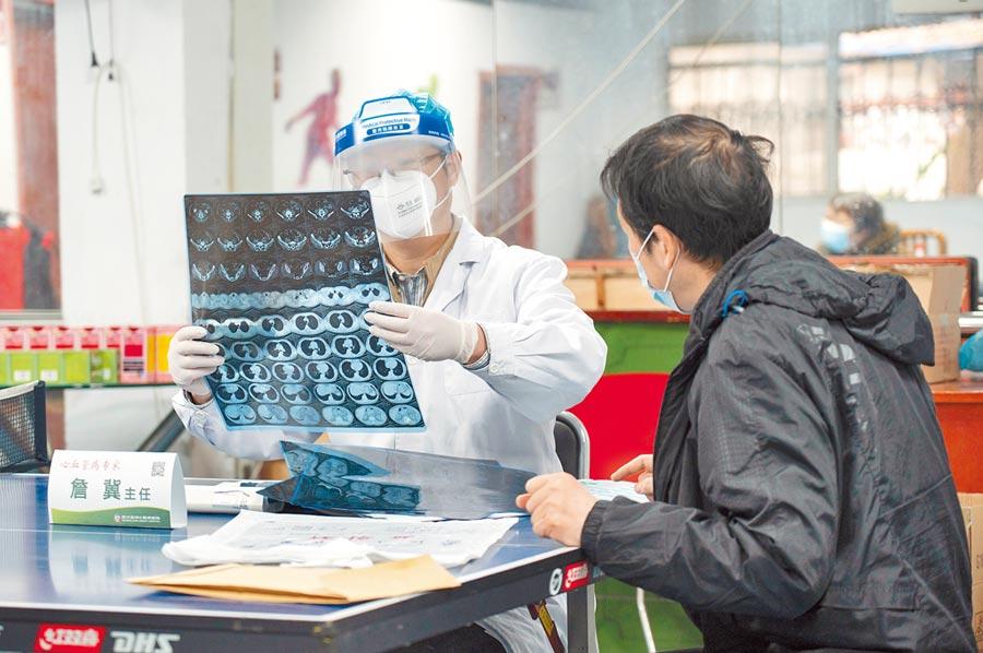 武漢亞洲心臟病醫院醫護人員為患者義診。(新華社資料照片)