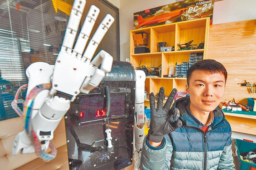 鄭州大學學生展示其自主研發的手語翻譯機器人。(新華社資料照片)