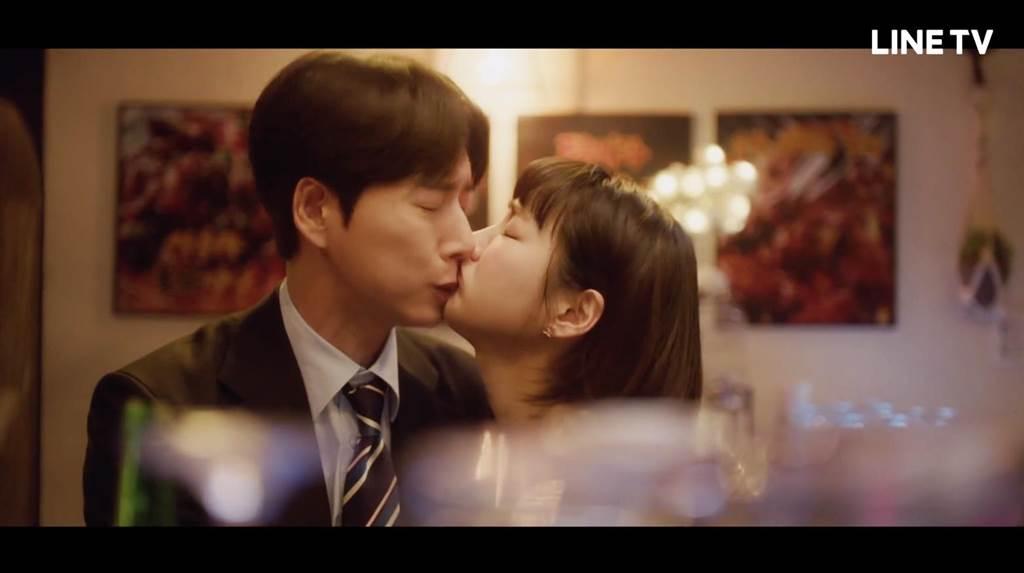 朴海鎮(左)被飾演實習生的韓智恩襲吻。(LINE TV提供)
