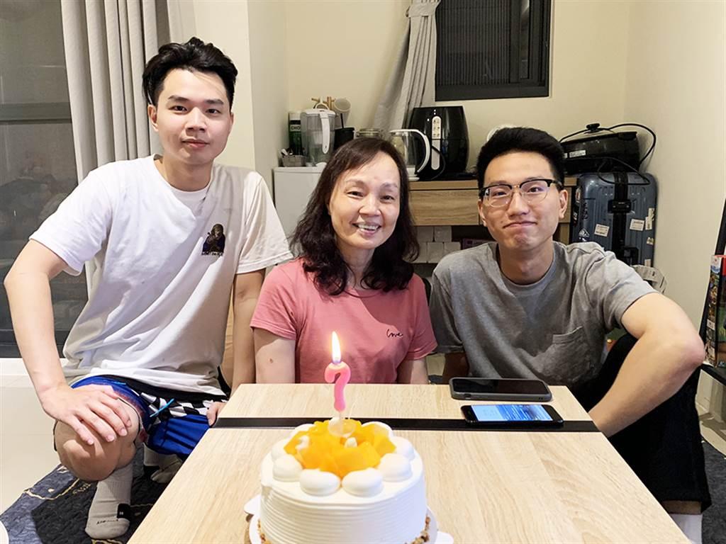 張琮閔(圖右)的母親(圖中)支持他加入永慶房屋,並期許他做出一番成績。