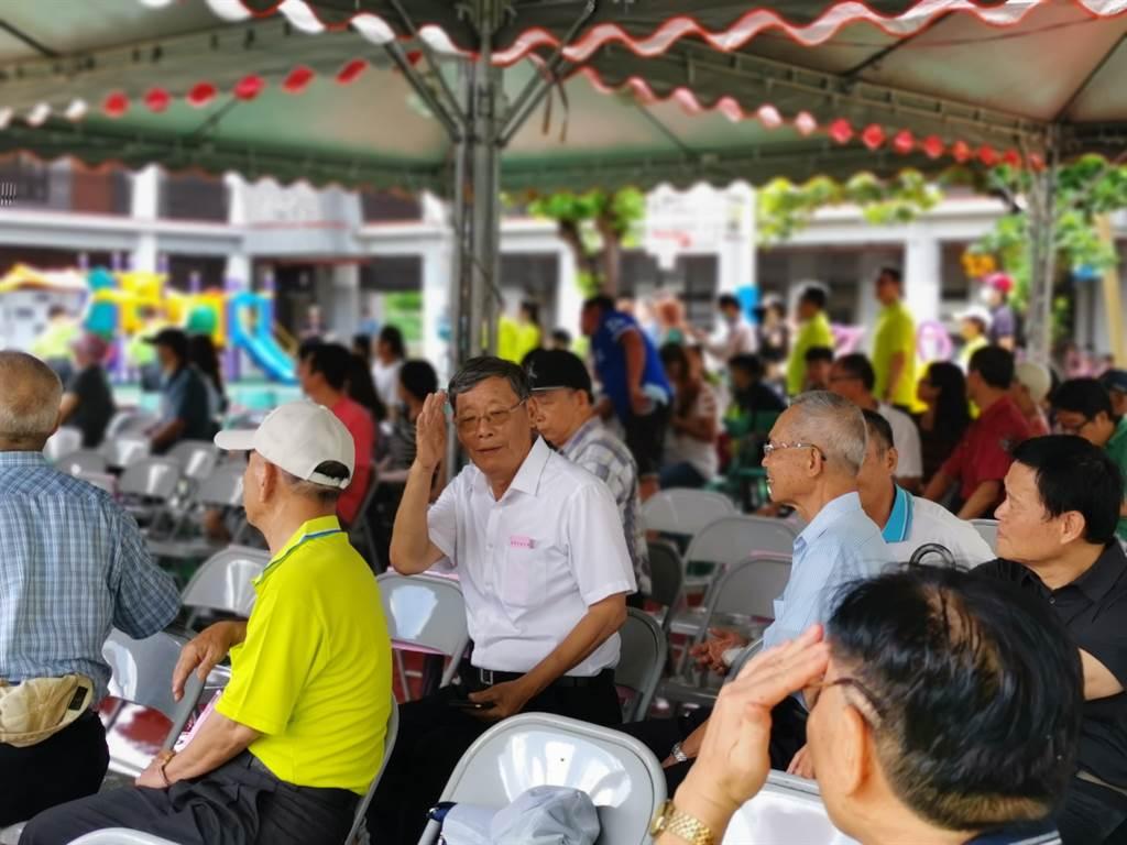 台南市左鎮國小24日舉辨「左鎮風華 百年再現」百年校慶紀念活動,許多校友也趁機回母校看看老朋友。(劉秀芬攝)