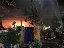 台南永康工廠火警 救出受困屋主妻