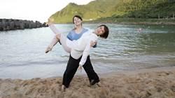 《多情》廖苡喬海邊玩公主抱 被「海灘椅」看戲