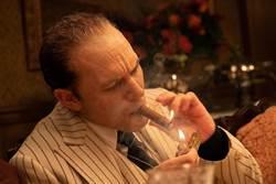 「蒙面男神」湯姆哈迪脫面罩化身《疤面教父》秀「眼」技
