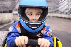 賽車場上驚見小六生開賽車 3年後超仙顏值網淪陷
