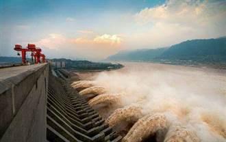 長江中上游暴雨今最凶險 三峽大壩全面蓄洪應急