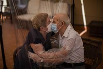 鶼鰈情深!西班牙老夫婦隔著塑膠布擁抱