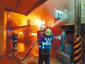 小貨車衝機車店起火 燒27攤商