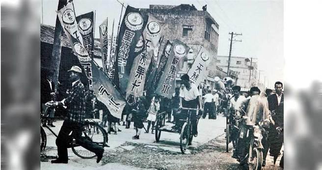 六○年代是黑松的全盛時期,每天生產十萬打汽水,據說只要能成為黑松的經銷商,連走路都有風。(圖/黑松提供)