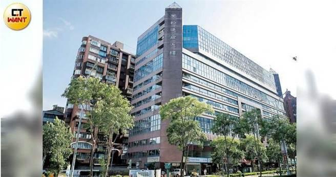 黑松在台北市坐擁龐大土地資產,位於信義路四段的黑松通商大樓,每年租金收益逾2,000萬元。(圖/黃耀徵攝)