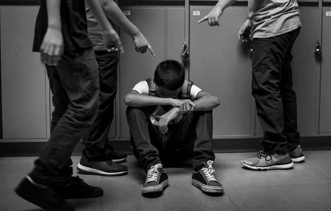 台中一所國中傳出疑似霸凌事件,女班導被指控指揮班上學生「教育」一名男學生。不過女師回應當時是學生們在玩,並非霸凌。(示意圖,達志影像/shutterstock提供)