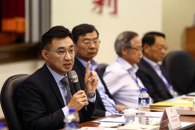 國民黨改革委員會於19日召開會議,國民黨主席江啟臣(左)強調,自由民主是國民黨理念。(資料照)