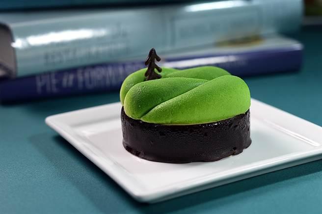 這款甜點名為〈視角〉,誠品行旅點心房主廚陳松輝以山巒樹木為意象,觸動人們以不同角度靜觀自然界的美好動靜。(圖/姚舜)