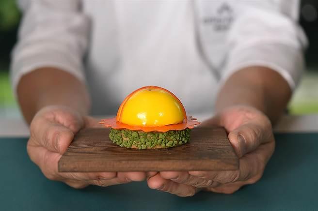 這甜點名為〈日冕〉,主廚以明亮活潑的芒果慕斯巴斯克派襯著青芒果丁、無花果醬與紅心芭樂凍的跳動味覺,體現太陽生生不息的生命力。(圖/姚舜)