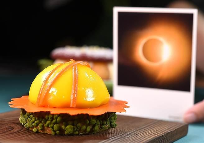 搭上日蝕話題的〈日冕〉,是以法國傳統巴斯克餅皮為底,再以環形巧克力片描繪光暈,並依序疊入青芒果丁、紅心芭樂凍泥與芒果慕斯,最上層是芒果淋面,洋溢著盛夏鮮果食感。(圖/姚舜)
