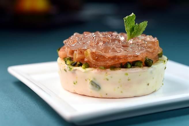 這甜點名為〈春冰〉,主廚以晶瑩的橙酒寒天凍舖在表面,勾勒出動人融冰情景。(圖/姚舜)
