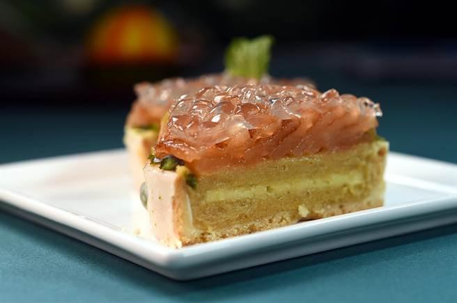 〈春冰〉是以薑糖地瓜泥與焦糖蘋果為內餡,並輕抹上一層杏仁奶油緩和味覺,最上層則舖上橙酒寒天晶凍。(圖/姚舜)