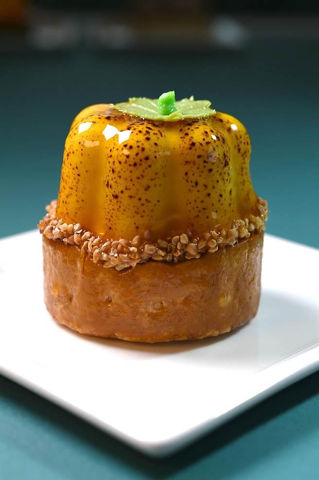 名為〈擁抱〉的甜點,是融合南瓜慕斯與蓮子布丁的甜美餘韻,以俏皮南瓜造型與夏日陽光來段熱情相遇。(圖/姚舜)