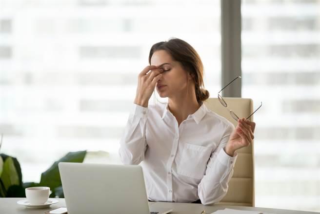 眼睛出現這症狀 醫:小心白內障、老花提早來。(示意圖 達志)