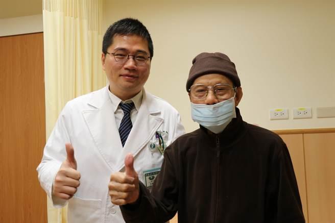高齡103歲楊爺爺(右)罹患無石性膽囊炎,台中慈濟醫院一般外科醫師高國堯(左)採用腹腔鏡切除膽囊。(王文吉攝)