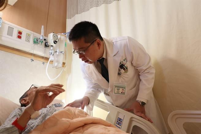 台中慈濟醫院一般外科醫師高國堯探望切除膽囊的楊爺爺。(台中慈濟醫院提供/王文吉台中傳真)