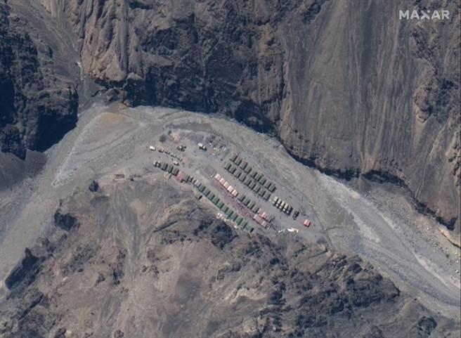 衛星圖像顯示,解放軍在中印邊界加勒萬河谷「實際控制線」(LAC)的基地。(美聯社/ Maxar Technologies)