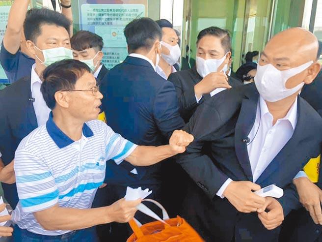 華映小股東在楊梅廠外舉白布條抗議,與公司保全發生數波肢體衝突。(呂筱蟬攝)