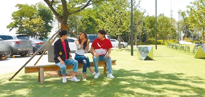 Rain(右)在韓國節目《玩什麼好呢?》與主持人劉在錫大聊生活趣事。(Giuseppe Zanotti提供)