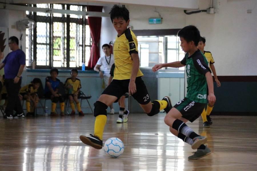 士東國小、幸安國小在教育盃五人制足球賽事中,爭奪冠亞軍席次。(讀者提供)