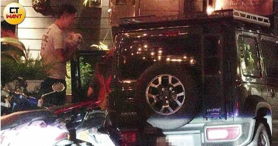 爱纱在副驾驶座等待约5分钟后,Ivan也抱着她的爱犬Hana上车并驶离餐厅。(图/本刊摄影组)