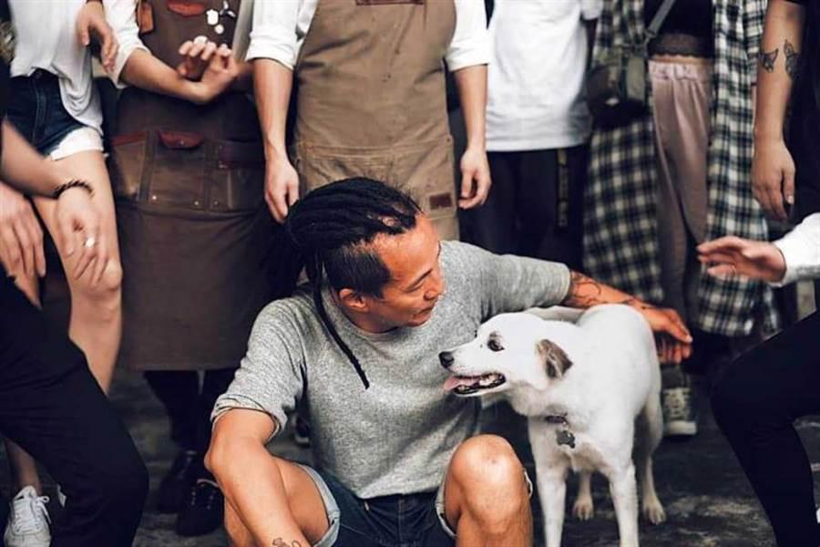 十分有型的Ivan,在他的餐厅粉丝专页上,有不少他与狗狗的合照。(图/翻摄自WOOTP窝台北 Baristro脸书)