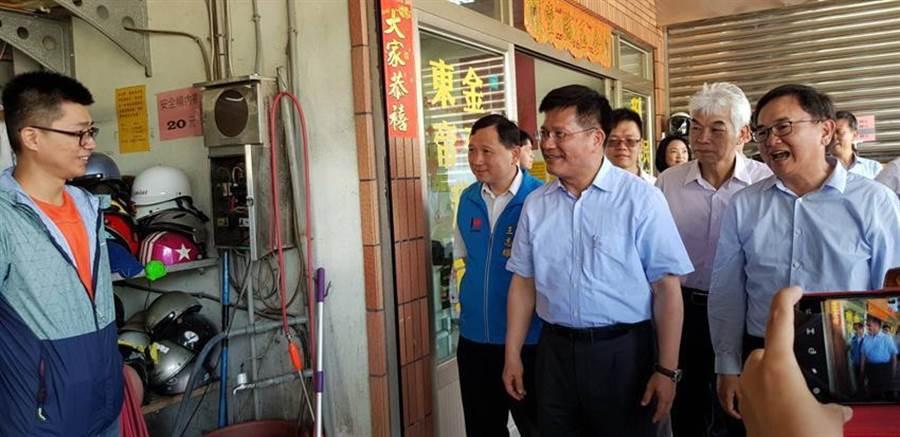(交通部長林佳龍今(24)日上午前往台東火車站站前,與租賃機車業者座談。圖/郭建志攝)