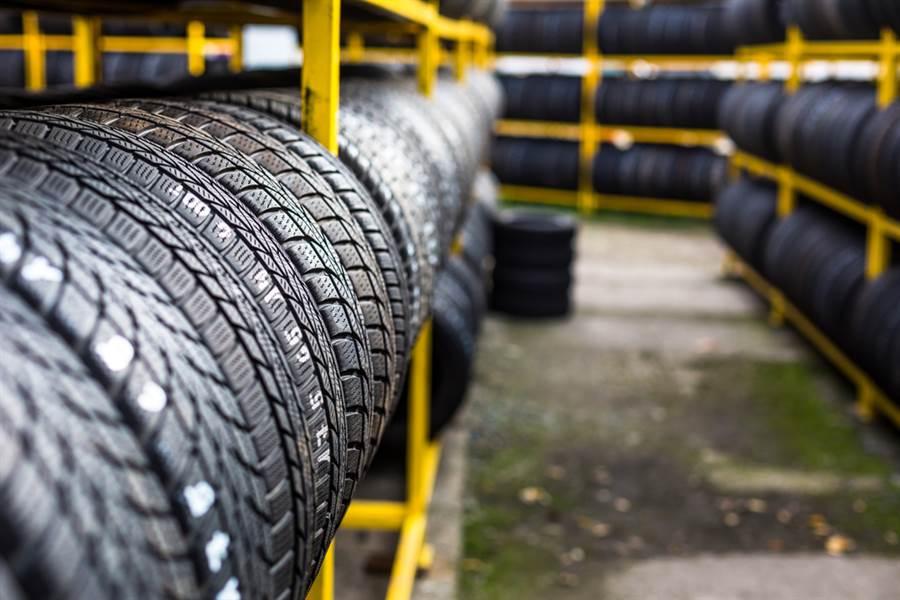 為了回應美國聯合鋼鐵工會的申訴,美商務部已對台灣、韓國、越南和泰國輸美輪胎展開調查,以查明這些輪胎是否以低於公平價值的價格出售。(示意圖/達志影像)